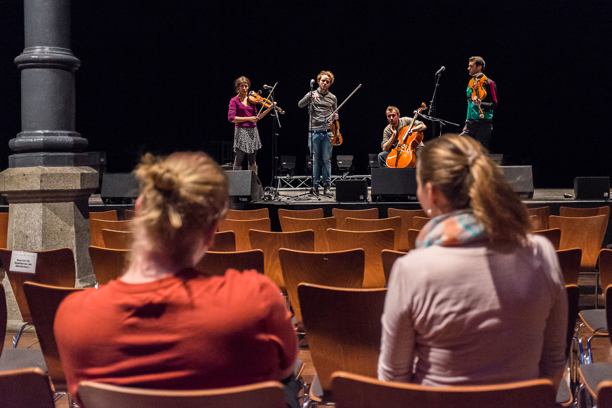 Blick hinter Kulisse Probe Training Soundcheck Reportage Event Backstage Konzert
