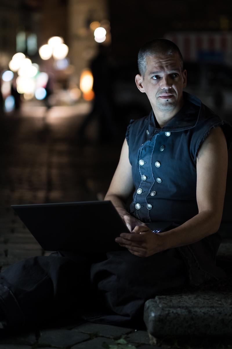 Available Light Porträt Nachtlichter Laptop Monitor Softbox Tracht Business Fotograf Nürnberg